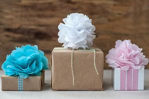 Как оригинально украсить подарок при помощи бумаги тишью