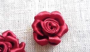 roza-vyshitaya-lentami Вышивка роз лентами для начинающих рукодельниц: учимся вышивать лентами по видео мастер-классам
