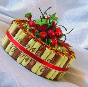 tort-iz-konfet Как сделать детский торт из конфет для мальчика и девочки в детский сад и на День Рождения? Торт на свадьбу из конфет своими руками