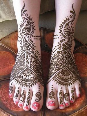 Рисунки мехенди на ноге