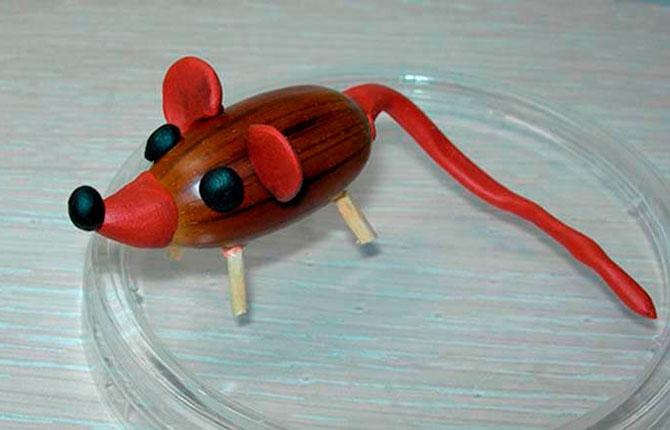 Мышка из пластилина и желудей