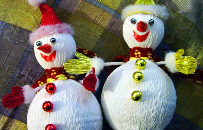 Снеговик из конфет и гофрированной бумаги