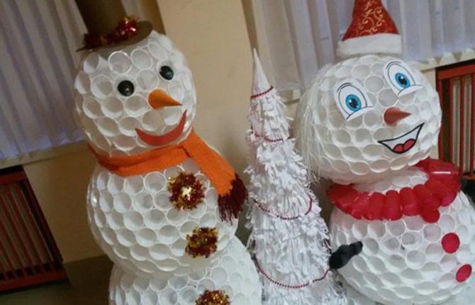 Снеговик из пластиковых стаканчиков своими руками - пошаговый мастер-класс