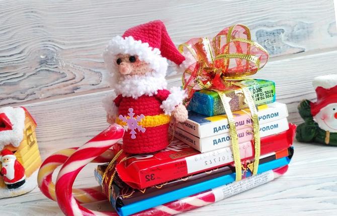 Поделка из конфет в виде санок Деда Мороза
