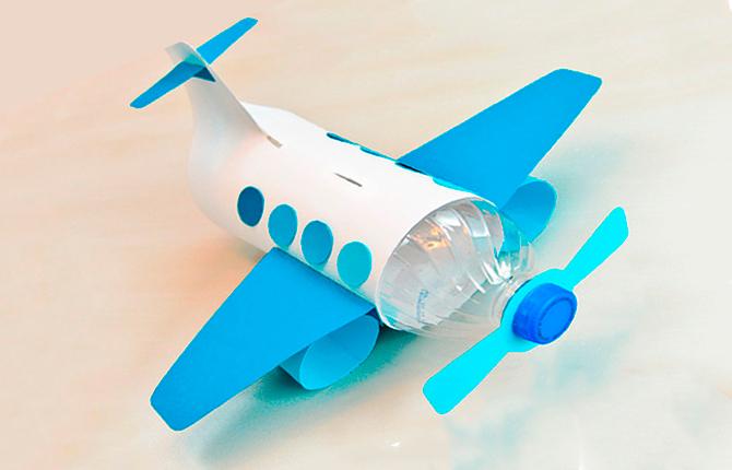 Самолет из бутылки и цветной бумаги